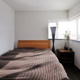 癒しのアジアンリゾートの住まい (すっきりシンプルな寝室)