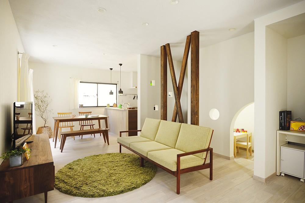 デッドスペースは子どもの秘密基地!家族の時間を楽しむ家 (シンプルで明るいLDK)