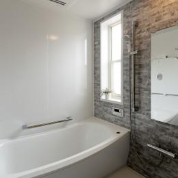 郊外に暮らしたい 中古リフォームでのびのび子育て (グレートーンの浴室)