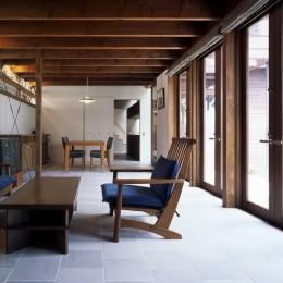 奥池の家〜傾斜地の別荘地。庭とオープンキッチンをふたつの玄関で繋げた家。