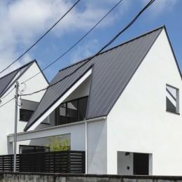 とちぎ中庭のある家 〜親子2人で住む三角屋根の家 (中庭に開く屋根の開口)