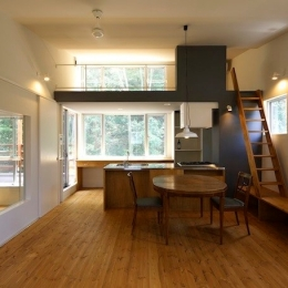 森を眺めるための家 (2階リビング)