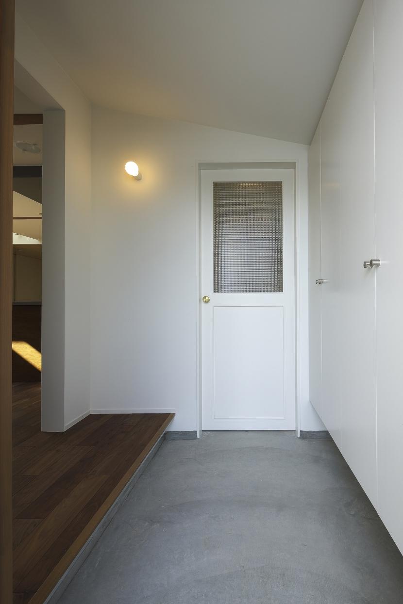 カフェのある家の部屋 土間収納につづくエントランス