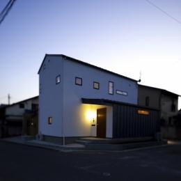 カフェのある家 (夜景)