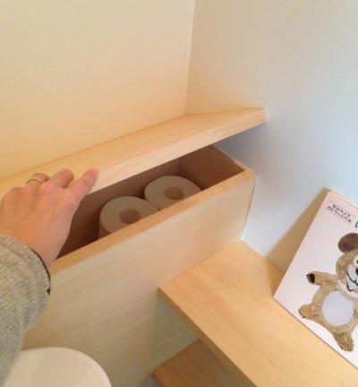 カフェのある家 (トイレの小さな収納)