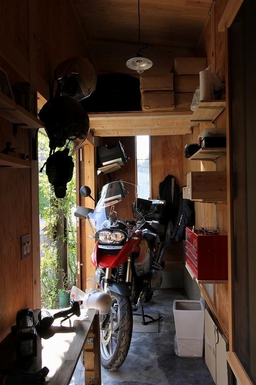 木質スケルトン+DIYでつくるこだわり空間の写真 土間(バイクガレージ)