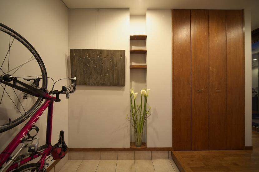 本のギャラリーのある湘南の家の写真 玄関
