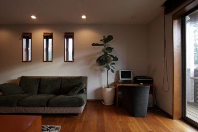 本のギャラリーのある湘南の家 (リビング2)