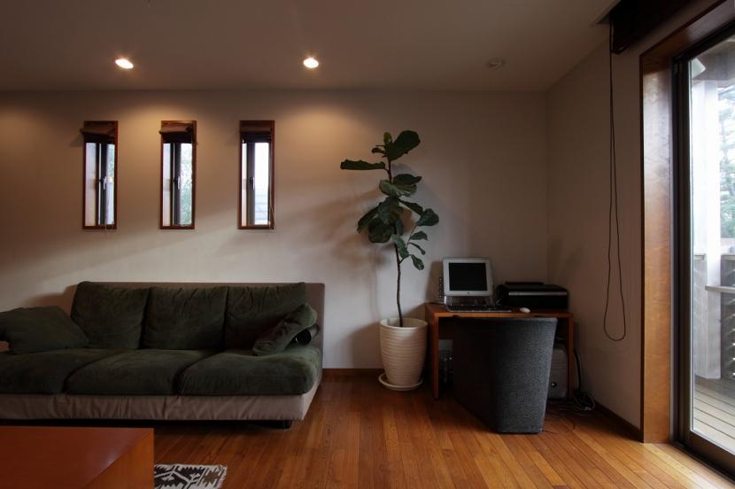 本のギャラリーのある湘南の家の写真 リビング2
