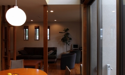 本のギャラリーのある湘南の家 (ダイニング)