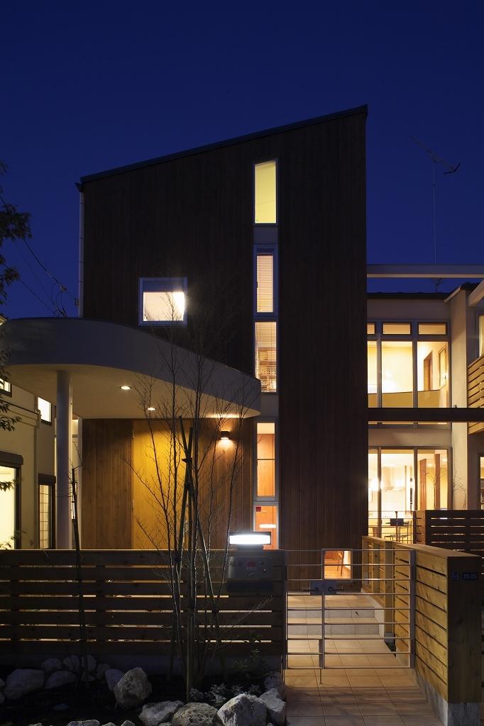 本のギャラリーのある湘南の家の写真 外観(夜景)