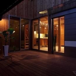 緑豊かな敷地環境を継承する木造スケルトンハウス (夜景2)