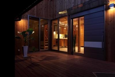 夜景2 (緑豊かな敷地環境を継承する木造スケルトンハウス)