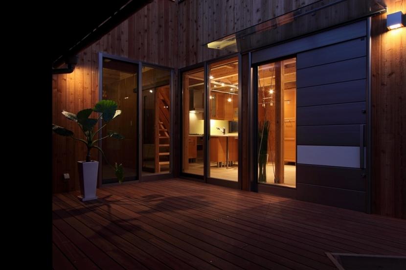 緑豊かな敷地環境を継承する木造スケルトンハウスの部屋 夜景2