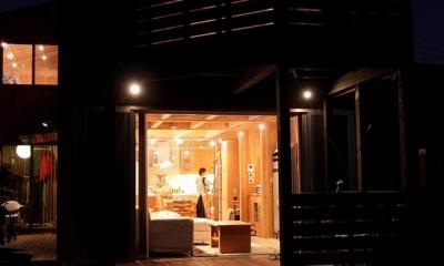 緑豊かな敷地環境を継承する木造スケルトンハウス (夜景1)