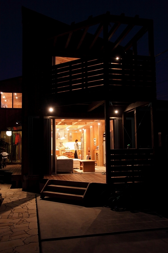 緑豊かな敷地環境を継承する木造スケルトンハウスの部屋 夜景1