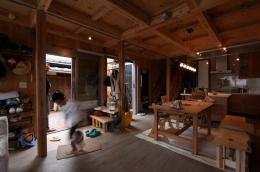 緑豊かな敷地環境を継承する木造スケルトンハウス (ダイニングキッチン+エントランス)