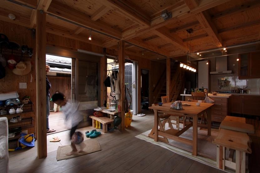 緑豊かな敷地環境を継承する木造スケルトンハウスの部屋 ダイニングキッチン+エントランス