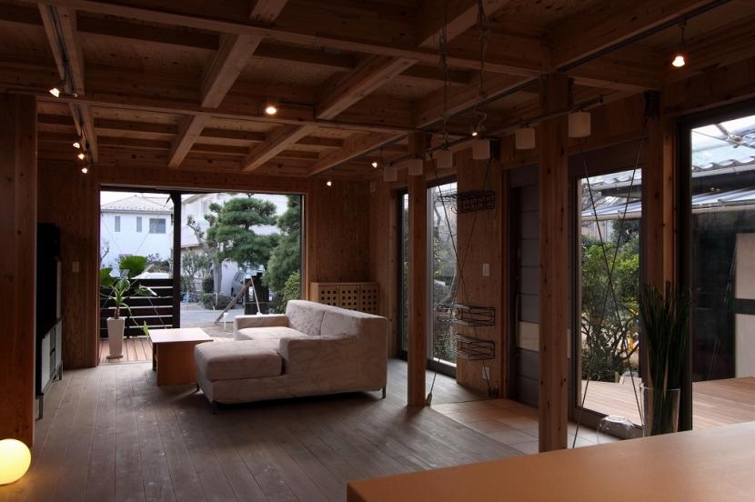 緑豊かな敷地環境を継承する木造スケルトンハウスの部屋 リビング2