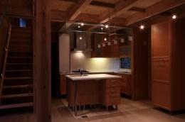 緑豊かな敷地環境を継承する木造スケルトンハウス (キッチン)
