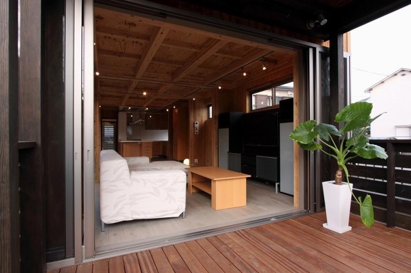 緑豊かな敷地環境を継承する木造スケルトンハウス (ウッドデッキ~リビング)