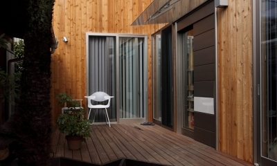 緑豊かな敷地環境を継承する木造スケルトンハウス (ウッドデッキ~エントランス)