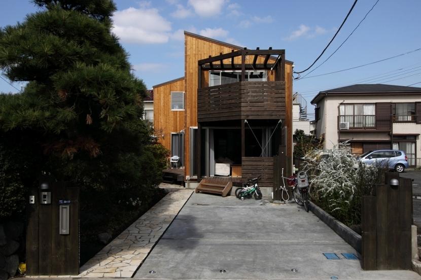 緑豊かな敷地環境を継承する木造スケルトンハウスの部屋 外観2