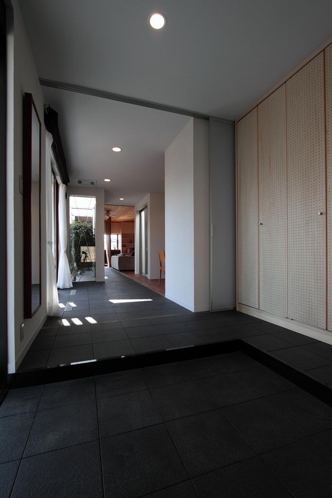 家族と犬がのびのび暮らすパッシブソーラのエコリフォームの部屋 玄関