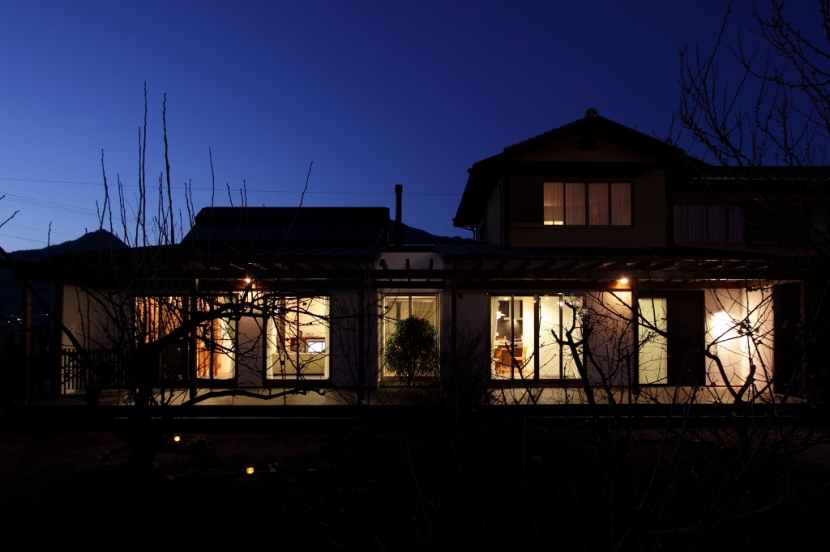 家族と犬がのびのび暮らすパッシブソーラのエコリフォームの部屋 夜景