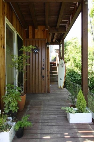 アプローチ(子世帯) (回廊バルコニーで緑と接する2世帯住宅)