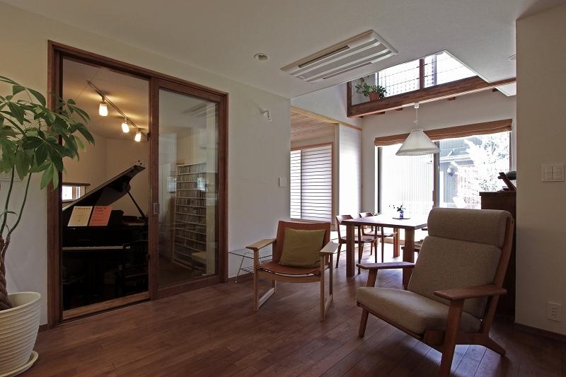 ピアノと暮らす家の部屋 リビングダイニング1