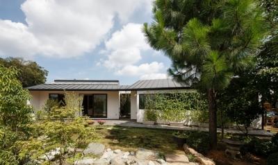 庭と繋がるテラスハウス (外観(南・庭側))
