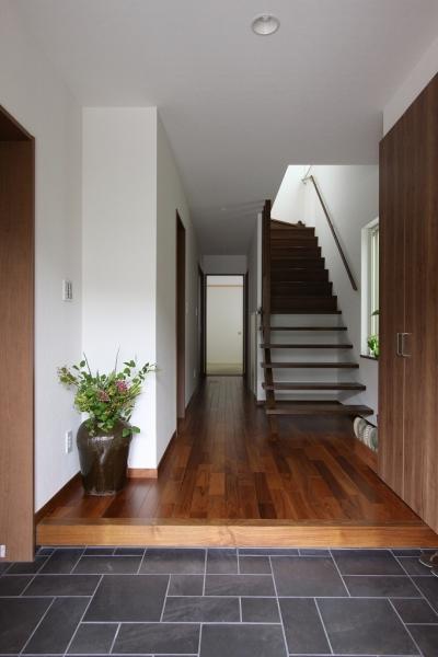 玄関(親世帯) (回廊バルコニーで緑と接する2世帯住宅)