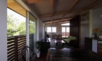 回廊バルコニーで緑と接する2世帯住宅 (リビング(親世帯)1)