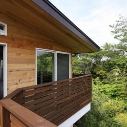 建築家 宇野健一の事例「回廊バルコニーで緑と接する2世帯住宅」