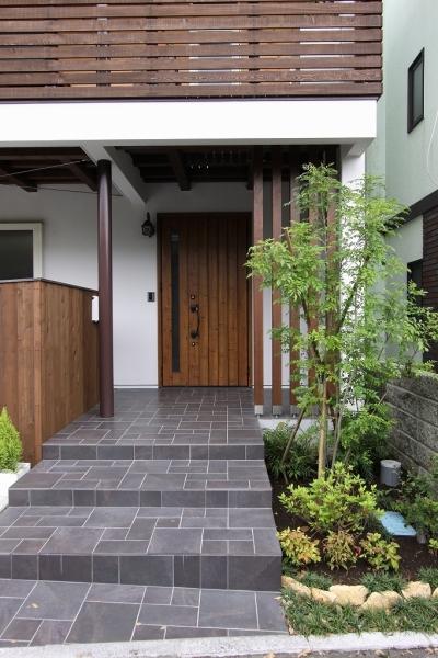 アプローチ(親世帯) (回廊バルコニーで緑と接する2世帯住宅)