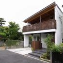 宇野健一の住宅事例「回廊バルコニーで緑と接する2世帯住宅」