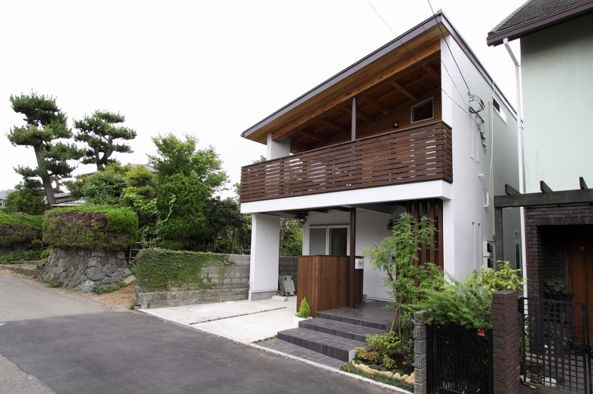 外観(親世帯)1 (回廊バルコニーで緑と接する2世帯住宅)