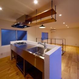 nest 直線で構成されたパノラミックな一戸建リノベ (キッチン)