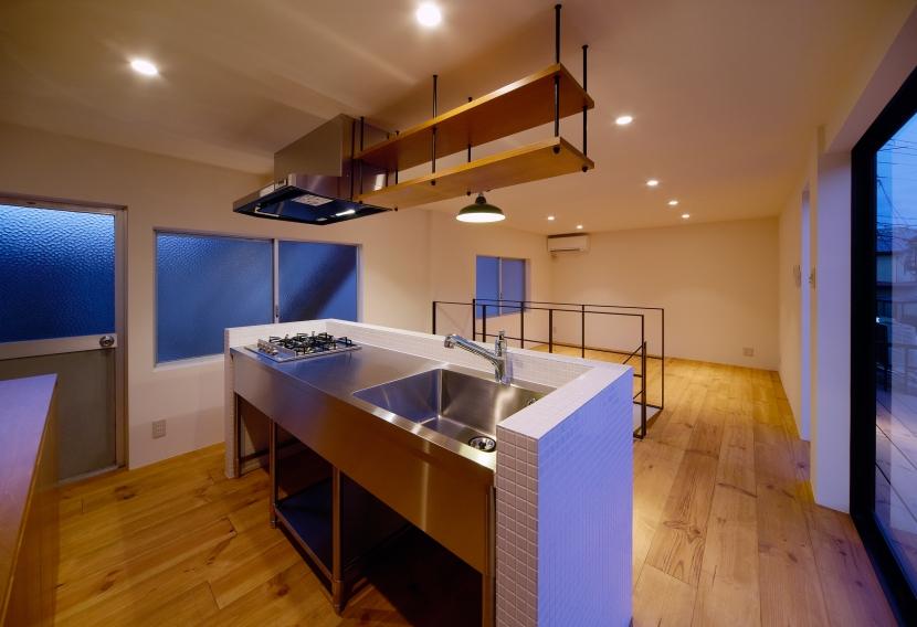 nest 直線で構成されたパノラミックな一戸建リノベの写真 キッチン