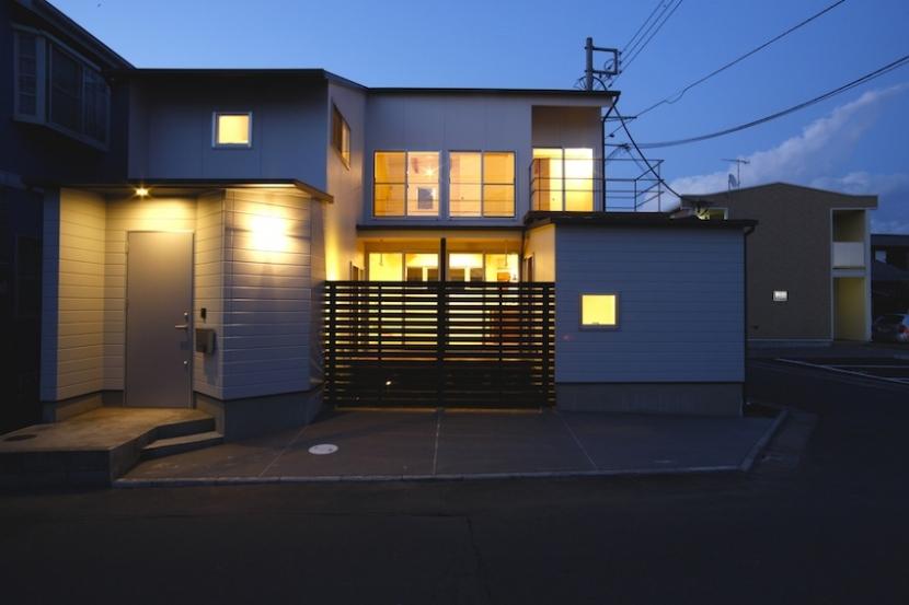ラップハウスの部屋 前面道路より眺める外観(夕景)
