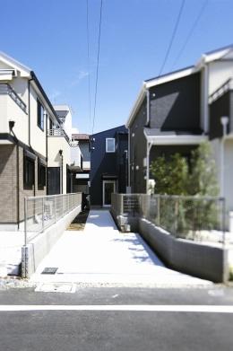 双子とピアニストの家 (前面道路より眺める外観(昼景))
