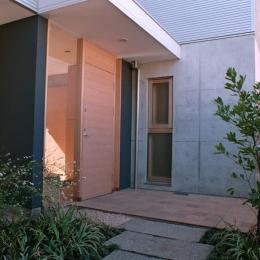 大井町の家―中庭を囲むH型プラン (前庭のある玄関アプローチ)
