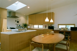 大井町の家―中庭を囲むH型プラン (明るいアイランドキッチン)