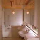 屋上庭園に面した洗面室とバスルーム