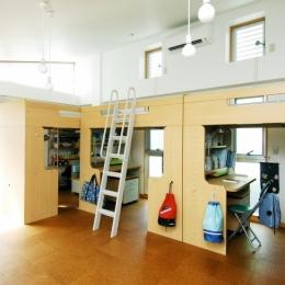 浅草の家―2階にある庭 (3人の男の子が仲良く使う子供室)