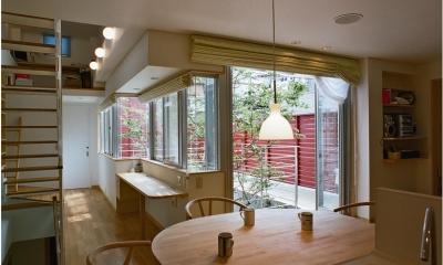 浅草の家―2階にある庭 (屋上庭園に面したダイニング)