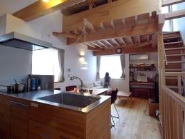 羽根木の家-9.5坪の敷地に (吹き抜けのあるリビング)