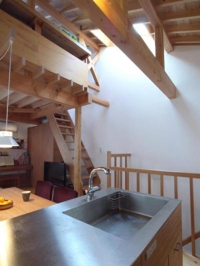 トップライトから光の落ちる階段 (羽根木の家-9.5坪の敷地に)