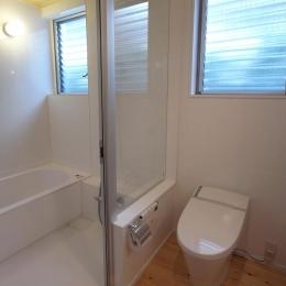 羽根木の家-9.5坪の敷地に (明るいバスルーム)